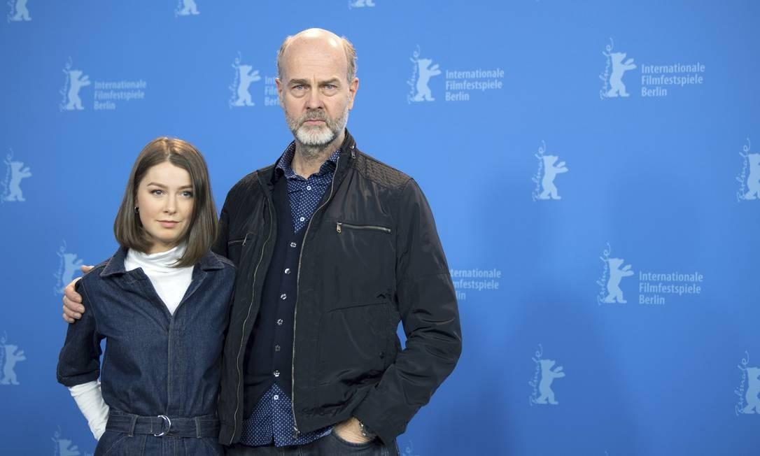 A atriz Andrea Berntzen ao lado do diretor Erik Poppe no lançamento do filme 'U - July 22' no Festival de Berlim Foto: Ralf Hirschberger / AP