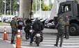 Militares do Exército fazem blitz de rotina em Realengo, Zona Oeste do Rio