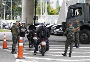 Militares do Exército fazem blitz de rotina em Realengo, Zona Oeste do Rio Foto: Pablo Jacob - 16/02/2018 / Agência O Globo