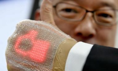 Tela elástica ultra-fina equipada com um emissor de luz desenvolvido pelo professor Takao Someya Foto: Acervo