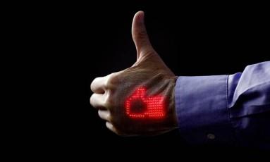 Tela de LED pode ficar colada na pele dos pacientes por uma semana Foto: Takao Someya