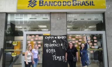 Manifestantes protestam em frente a uma agência do Banco do Brasil, no Centro do Rio Foto: Divulgação