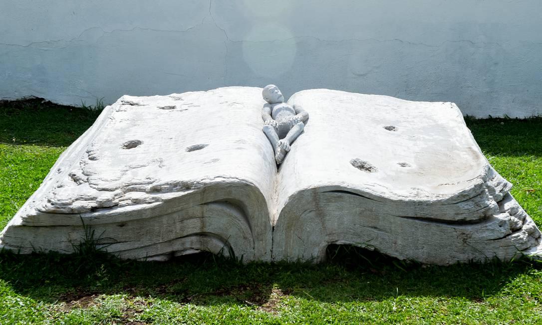 A escultura 'Original sin', de Liu Ruowang, instalada nos jardins do MON Foto: Claiton Biaggi/Divulgação