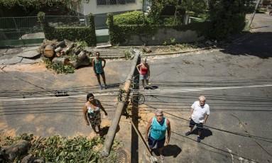 Moradores ficam sem luz após árvore cair e derrubar poste no Jardim Guanabara Foto: Ana Branco / Agência O Globo