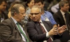 Roberto Sá, que foi exonerado do cargo de secretário de Segurança Pública do Rio, e o ministro da Defesa, Raul Jungmann (à esquerda) Foto: Gabriel de Paiva - 31/01/2018 / Agência O Globo