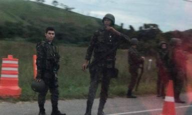 Militares em estradas de acesso ao Rio Foto: Onde Tem Tiroteio (OTT-RJ)