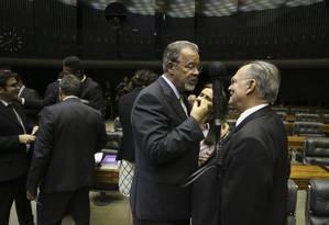 O ministro da Defesa, Raul Jungmann, conversa com o deputado Roberto Freire Foto: Ailton Freitas / Agência O Globo