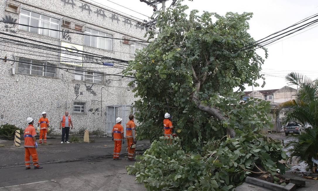 Funcionários trabalharam para liberar vias da cidade após quedas de árvores Foto: Reginaldo Pimenta / Raw Image / Agência O Globo / Agência O Globo