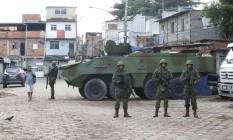 Os militares na Favela Kelson's, na Penha Foto: Domingos Peixoto / Agência o Globo
