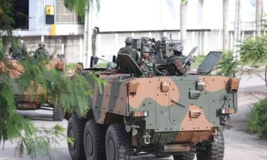Blindado do Exército patrulha a BR-101, na altura de Guaxindiba, em São Gonçalo Foto: Fabiano Rocha / Agência O Globo