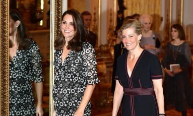 A duquesa de Cambridge, Kate Middleton, e a condessa de Wessex, Sophie, foram as anfitriãs de um evento no Palácio de Buckingham que reuniu nomes da moda como Naomi Campbell e Anna Wintour Foto: POOL / REUTERS