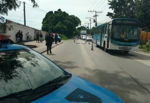 O corpo do sargento no local onde ocorreu o crime Foto: Geraldo Ribeiro / Agência O Globo
