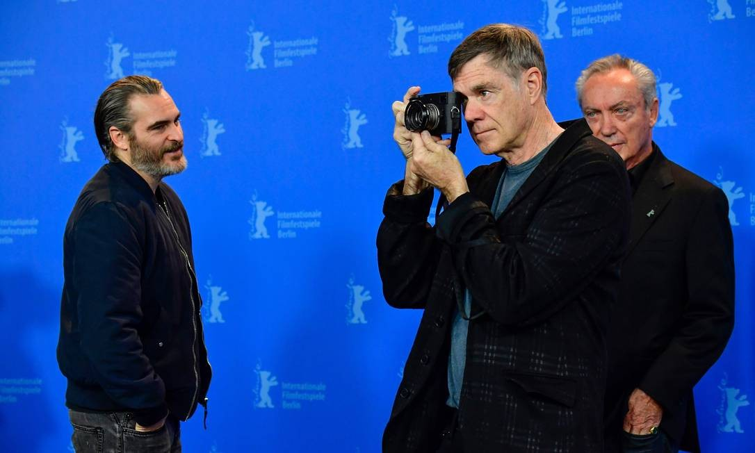 Joaquin Phoenix, o diretor Gus Van Sant e o ator alemão Udo Kier no lançamento de 'Don't worry, he won't get far on foot', no Festival de Berlim Foto: TOBIAS SCHWARZ / AFP
