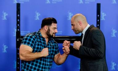 O ex-fisiculturista Patrik Baboumian e o atleta de MMA aposentado James Brett Wilks, protagonistas do filme Foto: Acervo