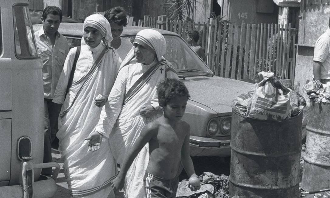 Madre Teresa de Calcutá em visita ao à Favela Kelson's, na Penha, Zona Norte do Rio, em 1982 Foto: Athayde dos Santos - 26/09/1982