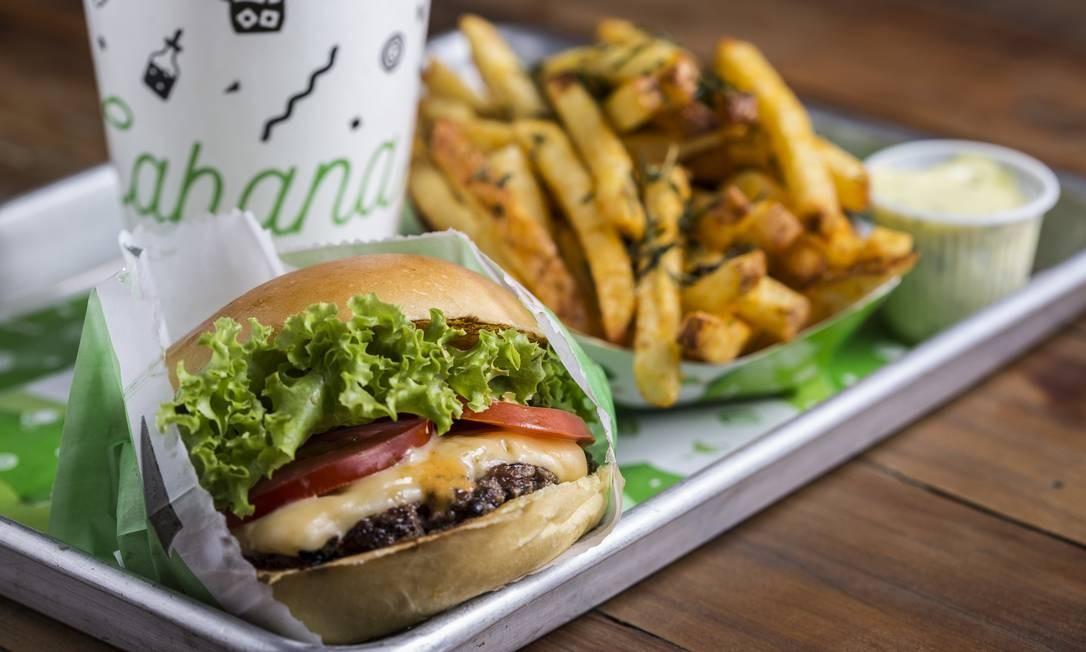 Cabana Burger. O sanduíche que leva o nome da casa é: queijo americano, alface, tomate e molho Cabana ($ 19). Barrashopping loja 246, Barra (3328-3019). Ricardo Dangelo/@dangelofotos / Divulgação