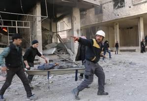 Voluntários resgatam feridos em bombardeios a Goutha Oriental Foto: Reprodução/Twitter/The White Helmets
