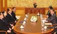 Autoridades das duas coreias conversam nos dias anteriores ao início das Olimpíadas de Inverno em Pyeongchang, entre elas o presidente sul-coreano, Moon Jae In, e a irmã do líder norte-coreano, Kim Yo Jong Foto: - / AFP