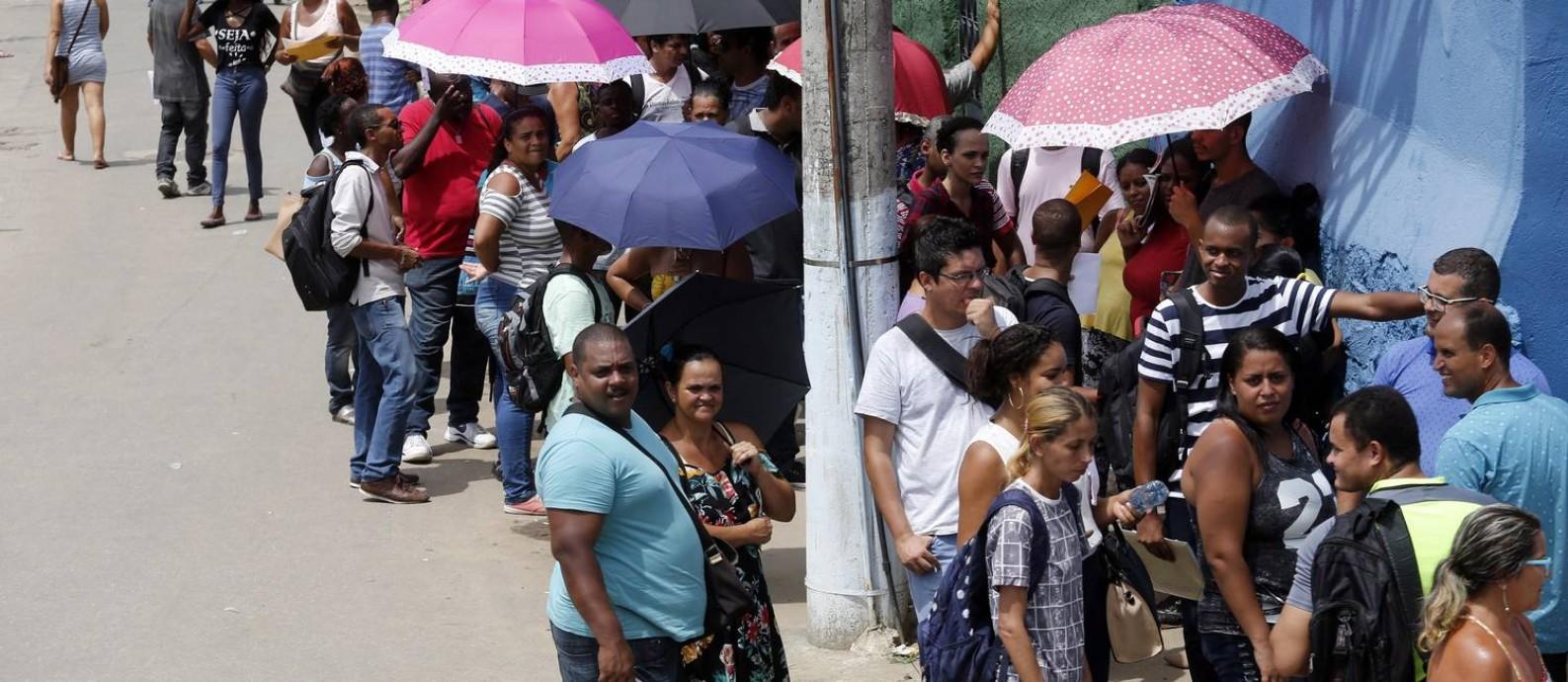Desempregados fazem uma grande fila em busca de empregos em Realengo Foto: MARCOS DE PAULA / Agência O Globo