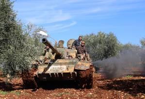 Forças rebeldes sírias na fronteira entre Síria e Turquia. Foto: OMAR HAJ KADOUR / AFP