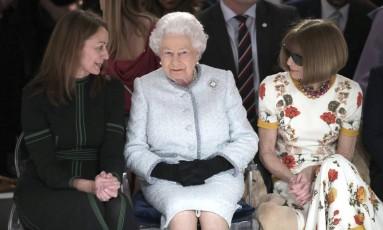 """Os conceitos de fila A foram atualizados. Nesta terça-feira, a rainha Elizabeth II prestigiou o desfile do estilista Richard Quinn. A monarca sentou-se ao lado de Anna Wintour, a famosa editora da """"Vogue"""" americana Foto: Yui Mok / AP"""