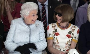 """A rainha colocou o papo em dia com Anna, que é britânica e inspirou a personagem Miranda Priestley em """"O diabo veste Prada"""" Foto: Yui Mok / AP"""