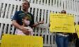 Pais de crianças que passaram por transplante se acorrentam diante do hospital infantil Dr. JM Rivers, em Caracas, para pedir medicamentos Foto: FEDERICO PARRA / AFP