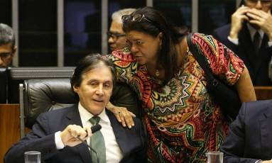 O presidente do Senado, Eunício Oliveira (PMDB-CE), ao lado da deputada Federal Laura Carneiro (PMDB-RJ) Foto: Ailton de Freitas / Agência O Globo