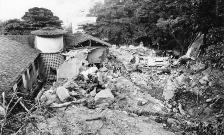 Tragédia. Em Santa Teresa, toneladas de pedras e terra soterraram 40 pessoas na Clínica Santa Genoveva Foto: Otávio Magalhães 25/02/1988 / Agência O Globo