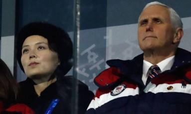 Em 9 de fevereiro, Kim Yo-jong e Mike Pence se sentam lado a lado durante cerimônia de abertura dos Jogos Olímpicos de Inverno no Sul Foto: ODD ANDERSEN / AFP