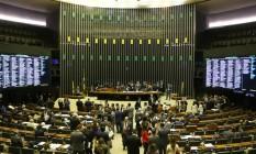 A medida foi aprovada por 55 votos a favor e 13 contrários, com uma abstenção Foto: Ailton de Freitas / Agência O Globo