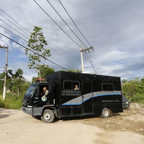 Veículo da Seap chega ao presídio Milton Dias Moreira, em Japeri Foto: Pablo Jacob / Agência O Globo