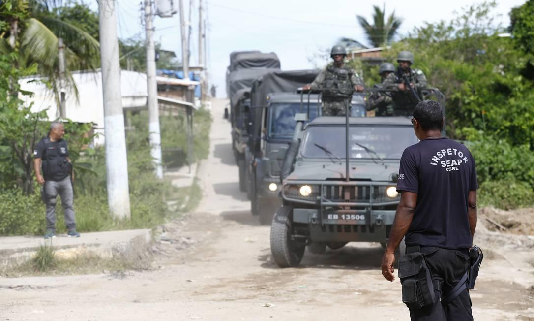 Veículos das Forças Armadas na entrada do Presídio Milton Dias Moreira, em Japeri Foto: Pablo Jacob / Agência O Globo