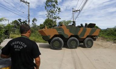 Blindado do Exército entra no Presídio Milton Dias Moreira, em Japeri Foto: Pablo Jacob / Agência O Globo