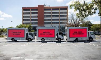 Manifestação pelo controle de armas nos EUA copia tática usada no filme 'Três anúncios para um crime' Foto: REUTERS