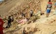 Equipes de resgate procuram corpos após acidente no Peru Foto: Andina News Agency / AP
