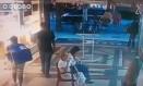 Casal aparece no corredor do shopping Foto: Reprodução