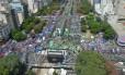 Avenida 9 de Julho, em Buenos Aires, lotada por manifestantes Foto: Reprodução Twitter