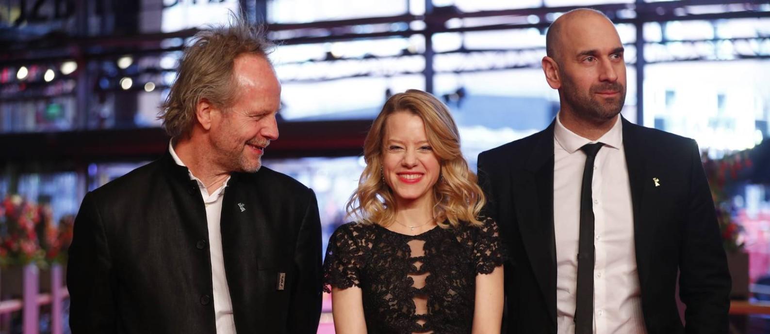 O diretor e roteirista Philip Gröning com os atores Julia Zange e Urs Jucker na sessão de 'My Brother's Name is Robert And He is an Idiot' no Festival de Berlim Foto: HANNIBAL HANSCHKE / REUTERS