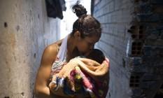 Jéssica Monteiro passou um dia com o filho recém-nascido dentro de uma carceragem da polícia, em São Paulo Foto: Edilson Dantas / Agência O Globo (17/02/2018)