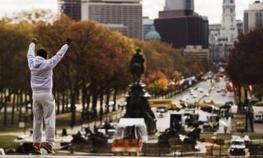 Filadélfia. Turista imita cena clássica do personagem Rocky Balboa Foto: Matt Rourke / Matt Rourke/AP
