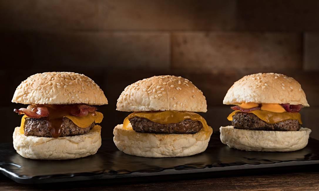 LeMax Hamburgueria. Os hambúrgueres em homenagem aos clássicos do cinema têm novo endereço em Botafogo. Uma das sugetões é o o trio de mini-burgers Alvin e os Esquilos (R$25) com cheddar, bacon e molho barbecue. Rua Nelson Mandela 100 (3495-9800). Rodrigo Azevedo / Divulgação