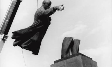 """Foto """"Adeus aos camaradas do partido"""", de 1991 Foto: Antanas Sutkus"""