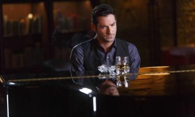 O ator Tom Ellis na segunda temporada da série 'Lucifer', do Universal Foto: Divulgação