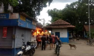 Ônibus queimado em Duque de Caxias Foto: Reprodução/redes sociais