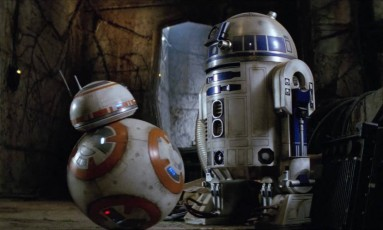Os 'astromechs' BB-8 e R2D2 em cena do filme 'O despertar da Força', da série 'Guerra nas estrelas': robôs da ficção influenciam desenho e programação de máquinas da vida real Foto: Reprodução