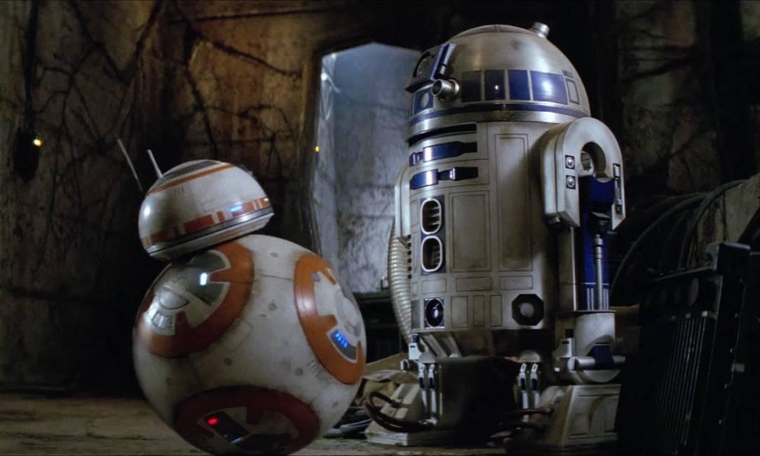 Os 'astromechs' BB-8 e R2D2 em cena do filme 'O despertar da Força', da série 'Guerra nas estrelas': robôs da ficção influenciam desenho e programação de máquinas da vida real Foto: / Reprodução