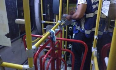 Fiscal lacra veículo durante vistoria na garagem Foto: Divulgação