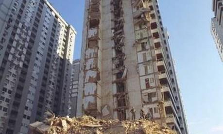 Tragédia. Os escombros das duas colunas do Palace II, da Construtora Sersan, na Barra, que desabaram, destruindo 44 apartamentos Foto: Ricardo Gomes 22/02/1998 / Agência O Globo