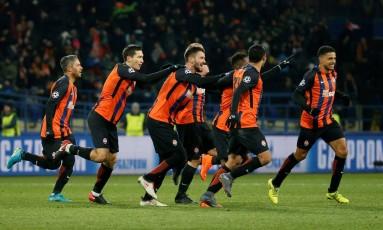 Jogadores do Shakhtar Donetsk comemoram a vitória sobre a Roma Foto: GLEB GARANICH / REUTERS